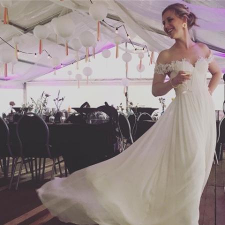 Ze vierden hun trouwfeest in de tuin, in twee grote en mooi versierde tenten.