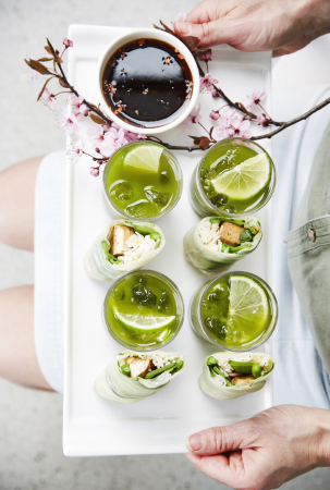 Lenterolletjes met komkommerlinten & matcha-icetea