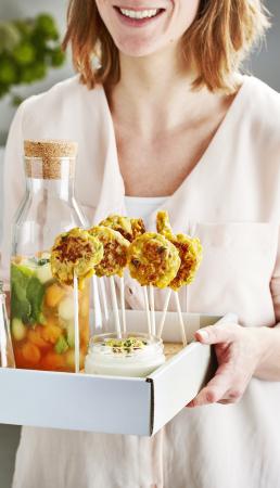 Maïspannenkoekjes met cottage cheese-dip & citroenlimonade met meloenijsblokjes