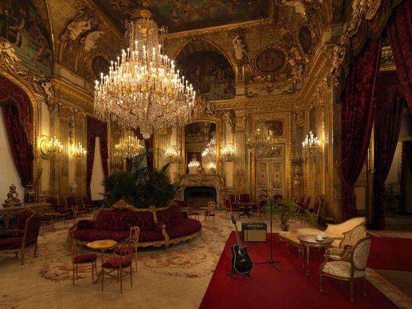 Louvre x Airnbnb