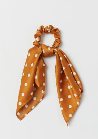 Okergele scrunchie met sjaaltje met polkadots