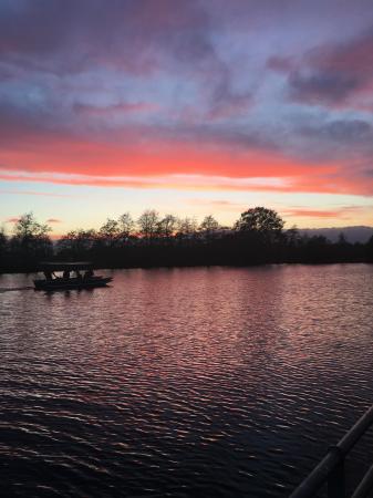 De prachtige zonsondergang aan het meer