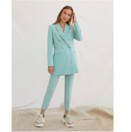 Lichtblauw kostuum met knopen