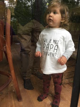 Dochtertje Rosie met het aanzoek op haar T-shirt