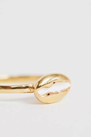 Vergulde ring met schelp