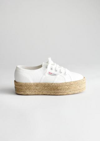 Witte stoffen sneakers met gevlochten zool uit jute