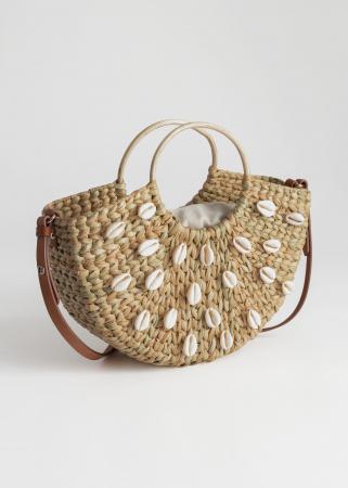 Handtas uit geweven stro bezet met schelpen