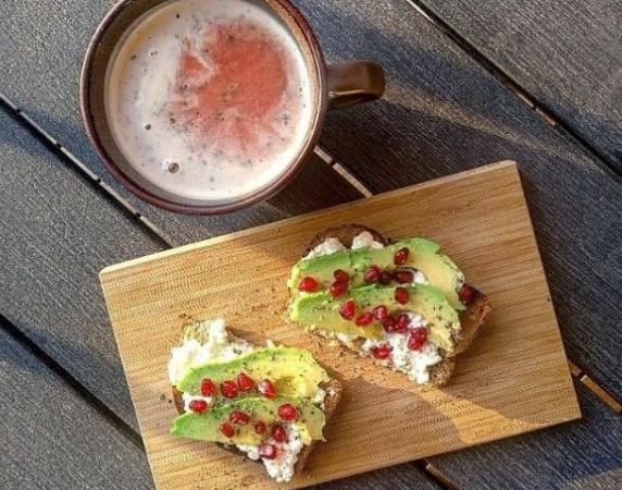 7. Volkoren crackers met tomaten-linzensoep.