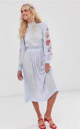 Babyblauwe midi-jurk met borduursels