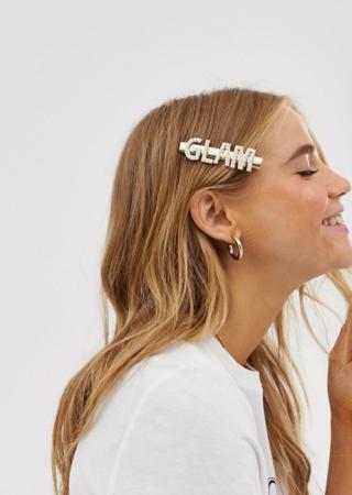 Goudkleurige haarclip met opschrift 'Glam' bezet met nepparels