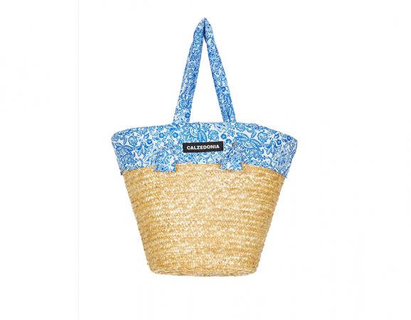 Calzedonia bracht ons al in strandsferen door deze tassen met hun nieuwe zomerbrochure af te leveren op de redactie.