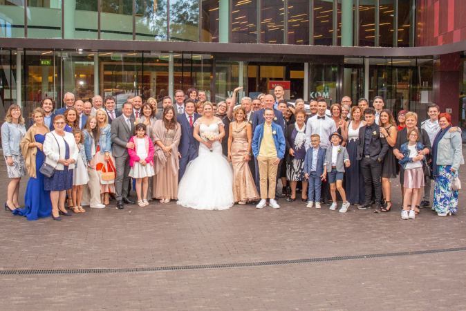 Met de hele familie aan het gemeentehuis
