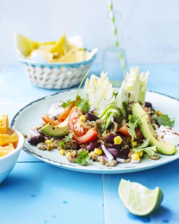 Gehaktsalade met bonen, maïs en avocado