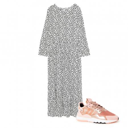 Lange jurk en sneakers