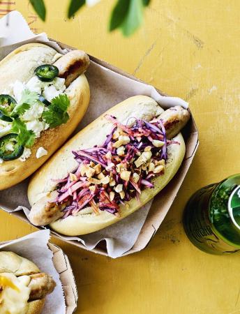 Hotdog met koolsla, appel en pindanootjes