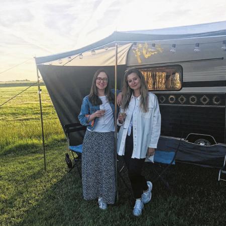 Redactrices Chloë en Ysaline gingen als eerste de Flaircaravan uittesten.