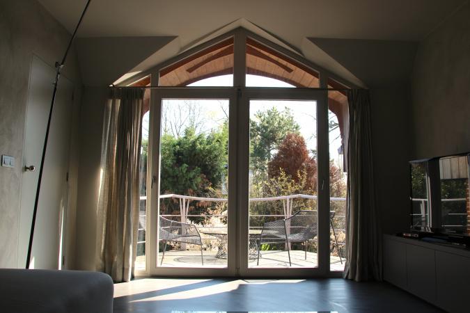 Vue depuis le salon intérieur, vers le balcon et la terrasse