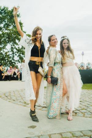 Julie, Stefanie en Eva, België