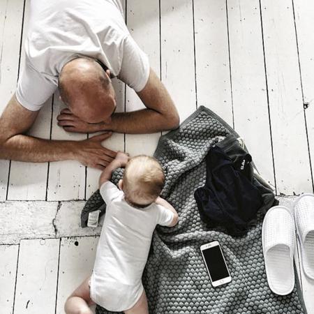 Visagist Paul bleek de ideale babysit terwijl mama de styling voor de 'Borst of fles?'-fotoshoot uitprobeerde.