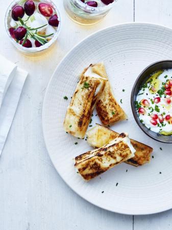 Feta-honingsticks in filodeeg met yoghurtdip