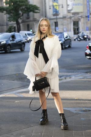 Dromerige witte jurk + zwarte accessoires