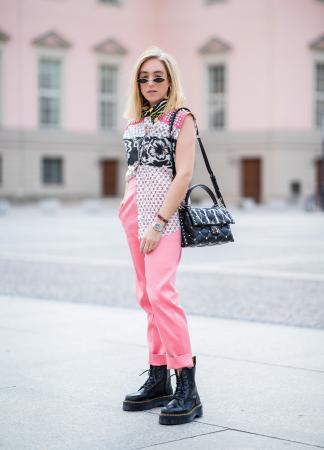 Neonkleurige broek + top die je half in je broek stopt