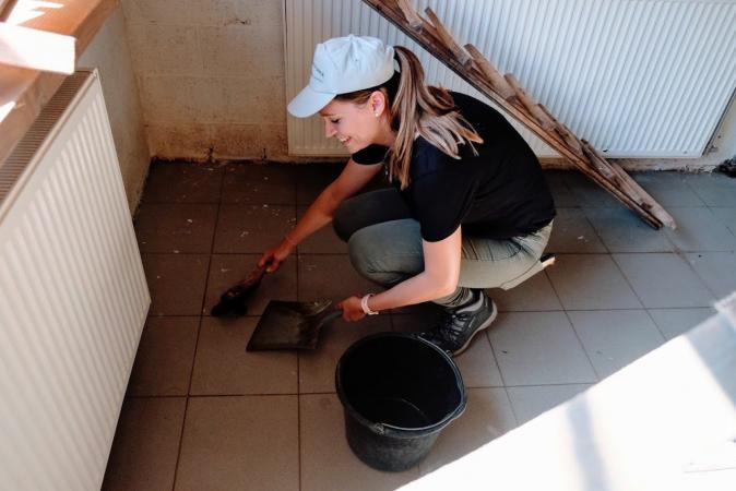 Nettoyer les enclos, c'est aussi une grande partie du métier de soigneur!