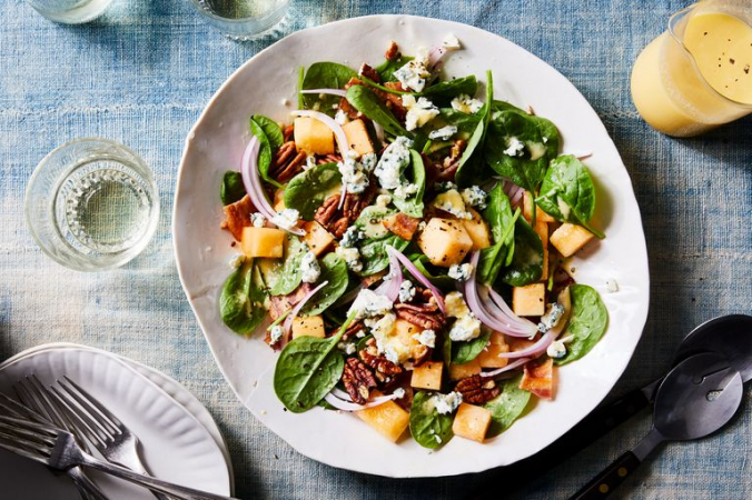 Salade d'epinard, melon, bacon, noix et vinaigrette au melon