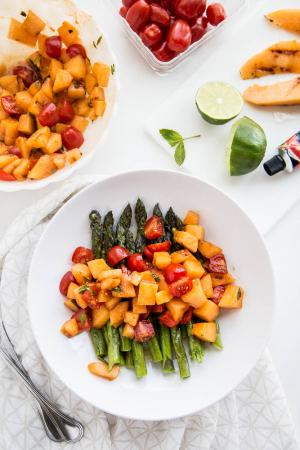 Asperges vertes, melon grillé et tomates