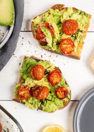 Avocado-kikkererwtensalade voor op een toastje