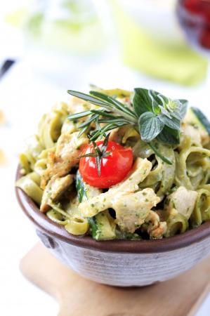 Salade met courgette, kip en pesto