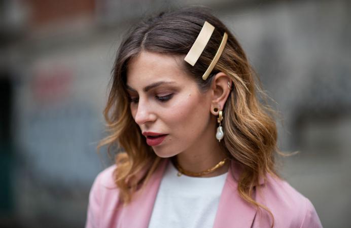 Wavy lob met twee opvallende haarspelden