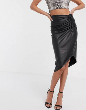 Une jupe portefeuille en similicuir