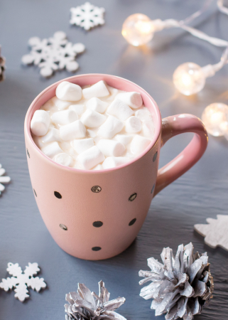 Witte chocolademelk met marshmallows