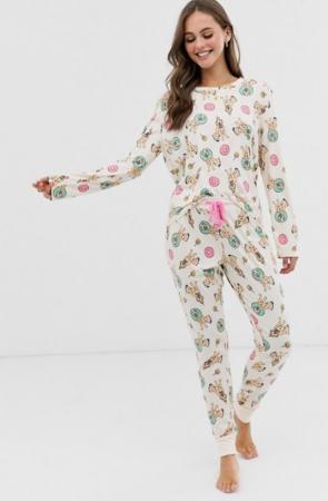 Pyjama met hondjes en donuts op