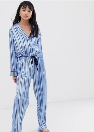 Lichtblauwe pyjama met streepjes