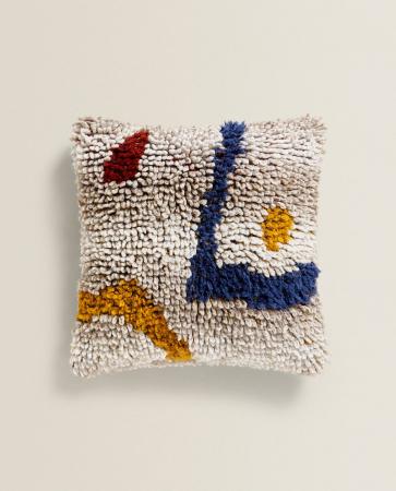 Une housse de coussin de laine décorée