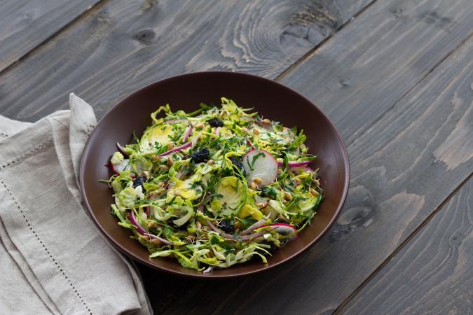 Warme salade van spruitjes met peer, rozijnen en een dressing van dijonmosterd (15 min.)