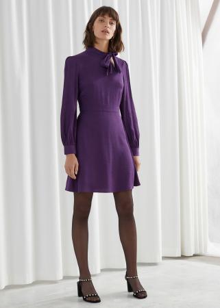 Paarse jurk in jacquard met strikkraag