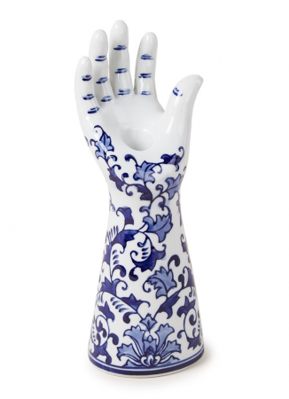 Witte hand uit porselein met Delfts blauwe illustratie