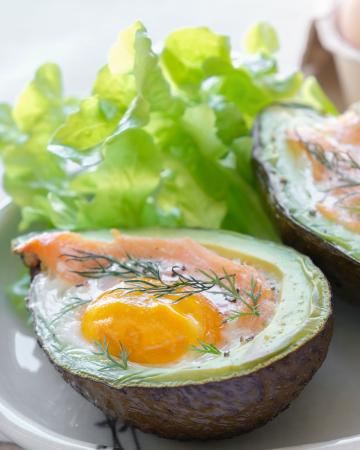 Gerookte zalm en ei in avocado