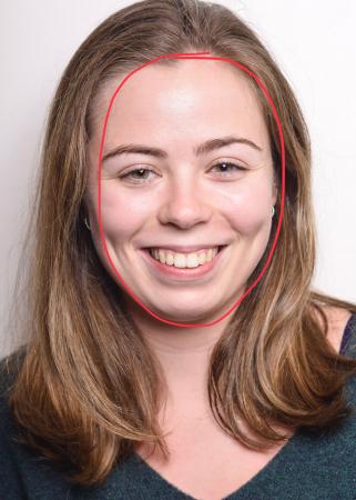 Laura (21) heeft een ovaal gezicht.