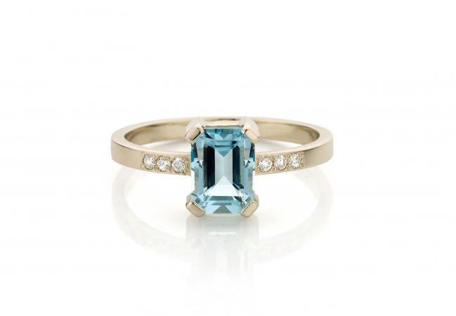 Gouden ring van 18 karaat bezet met diamanten en een aquamarijn