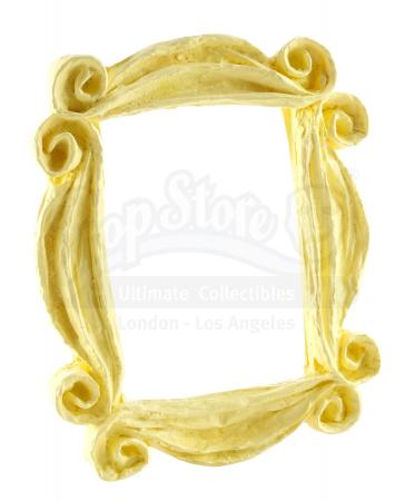 Het bekende gouden kadertje dat aan de deur hangt in Monica's appartement.