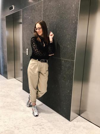 Moderedactrice Chloë: doorzichtige blouse