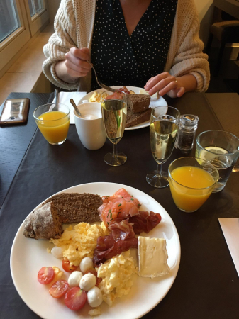 Champagne au petit-déj!