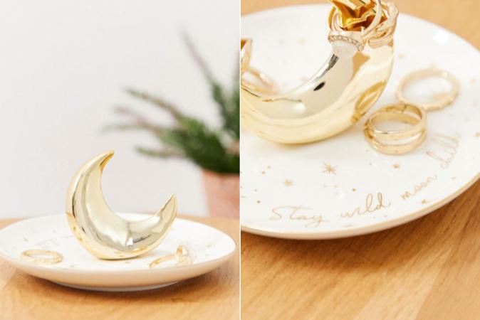 Wit juwelenschaaltje met goudkleurige maan en opschrift 'Stay wild, moon child'