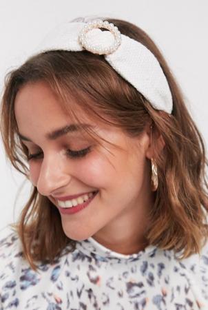 Crèmekleurige haarband met gouden ring bezet met parels