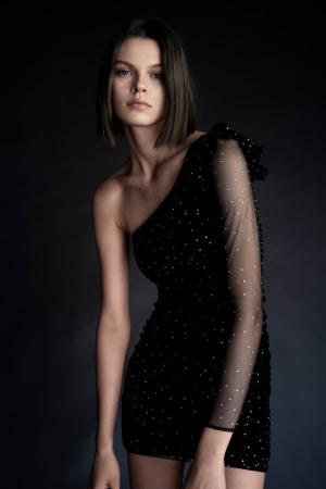 Une robe asymétrique à strass