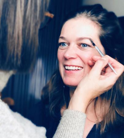 Perks of the job, af en toe eens een professioneel laagje make-up en dan maar tips sprokkelen bij de visagist.